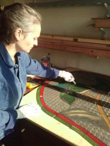 Artisan verrier avant montage de vitrail