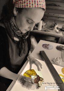 Anne Veyrier du Muraud en train de peindre un rondel