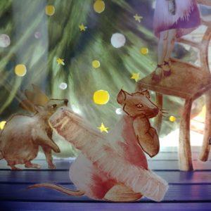 souris en tutu, détail de la création les souris dansent, réalisé en grisaille (peinture sur verre) par Anne Veyrier du Muraud
