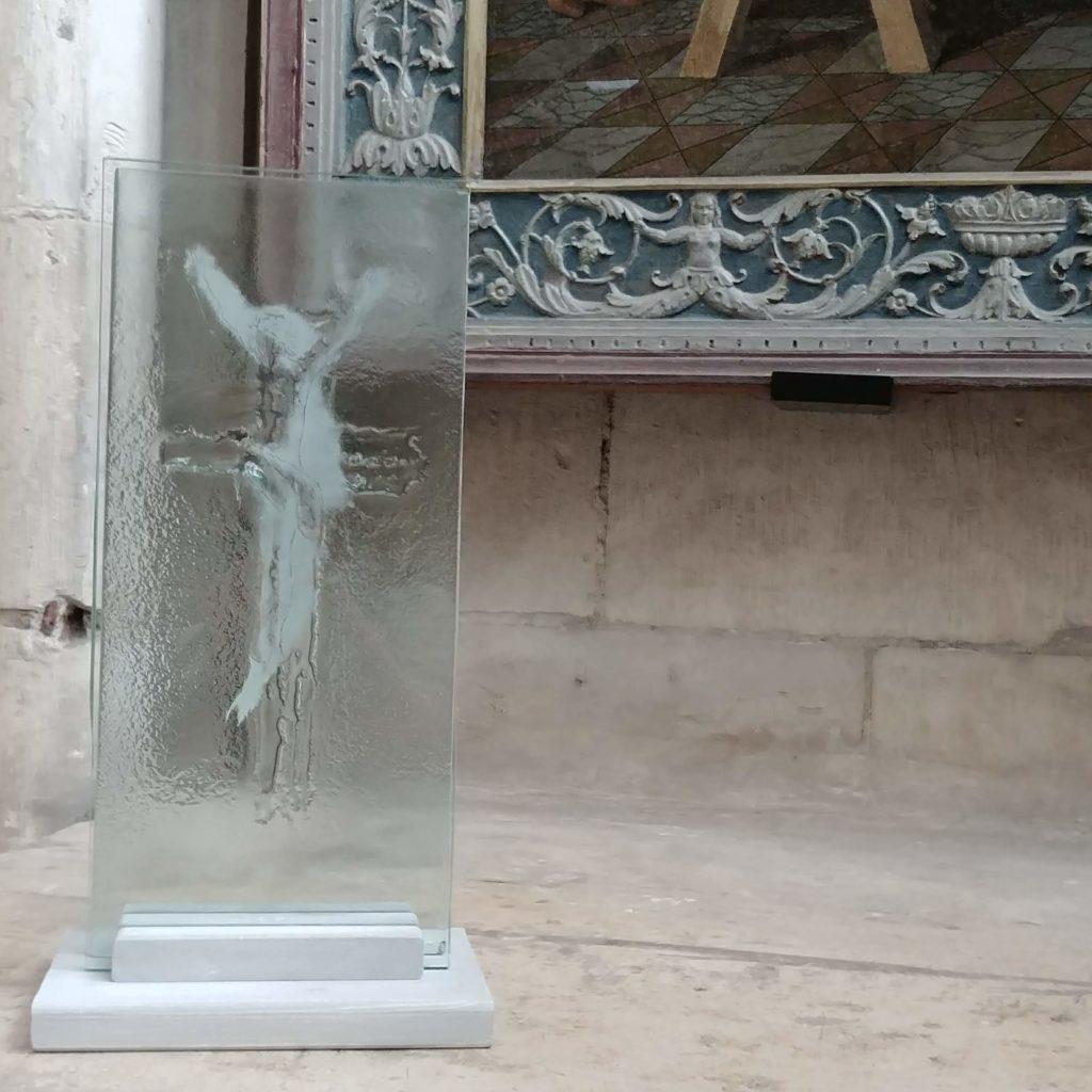 Croix glorieuse en verre, peinte à la grisaille blanche avec fusion de verre