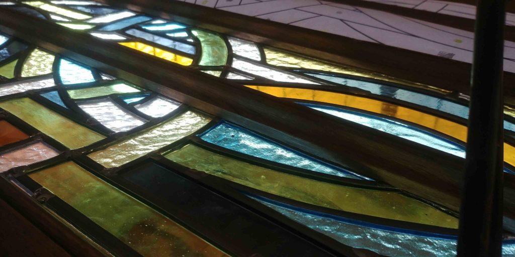 Détail vitrail Anne Veyrier du Muraud, couleurs jaune, bleu vert